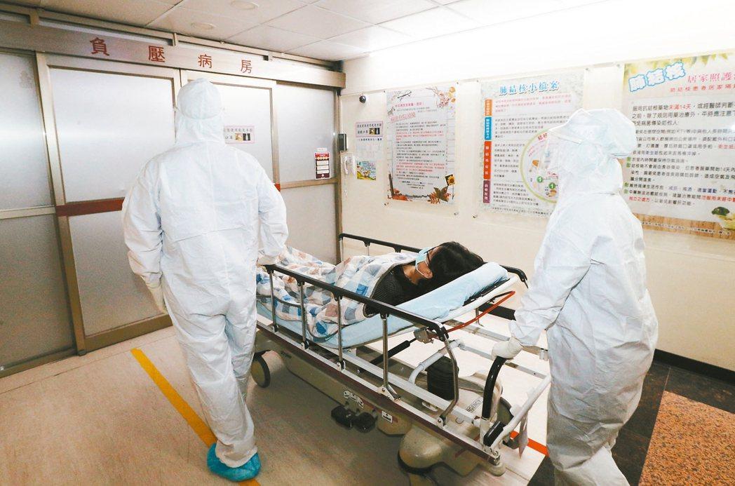 我國防疫作戰贏得美譽,但醫師之間的名利爭奪戰也同時上演。 本報資料照片