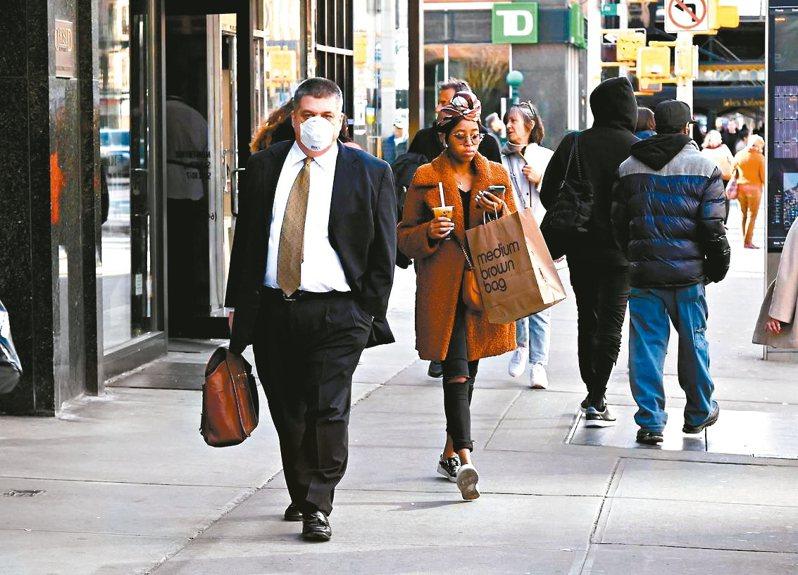 新冠疫情改變了美國民眾消費和生活習慣。紐約市民眾開始習慣戴口罩。 法新社