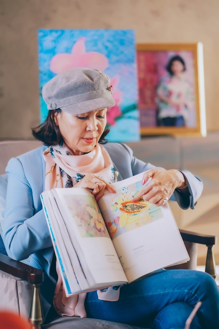 白嘉莉分享她的畫作,有位小朋友看了這幅畫裡的木瓜與籽,說像是被媽媽擁抱懷中般溫暖...