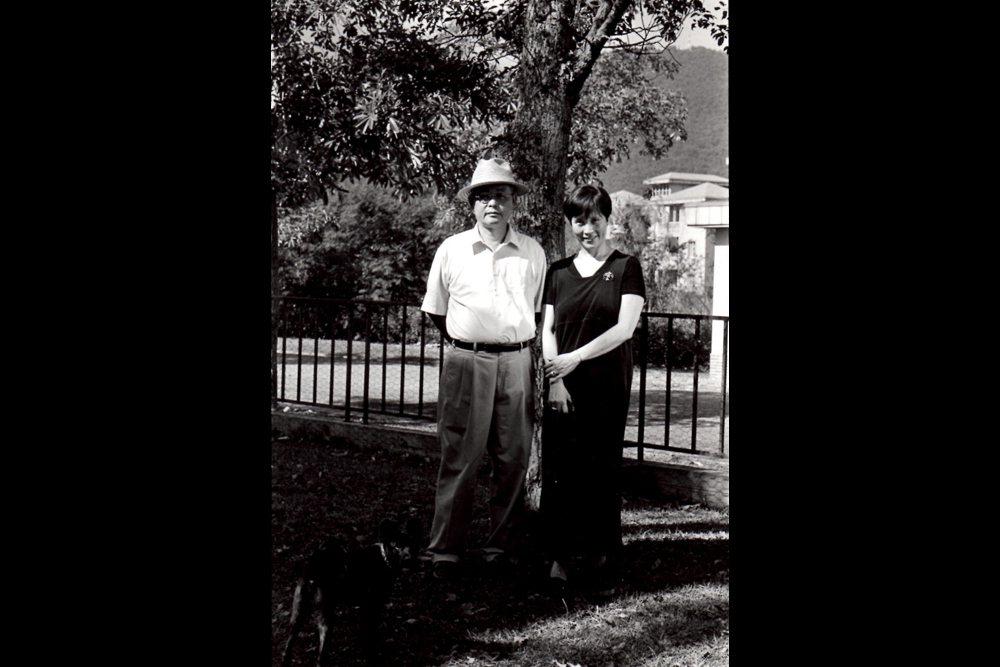 楊牧(左)與妻子夏盈盈攝於花蓮國立東華大學。 圖/楊牧提供