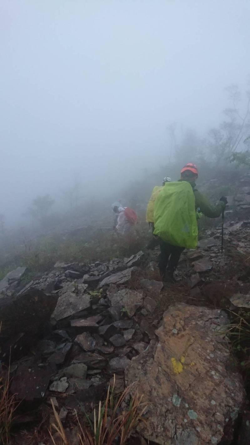 兩名登山客在霧台鄉麻留賀山迷路,屏東縣消防局派出搜救人員,歷經一天一夜終於找到登山客,平安送他們下山。圖/屏東縣消防局提供
