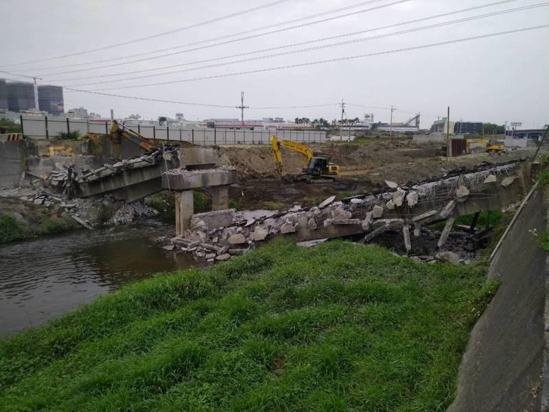 台南市政府水利局持續推動三爺溪整治,圖為舊有仁德一號落墩阻礙排水橋敲除改建情形。 圖/台南市政府水利局提供