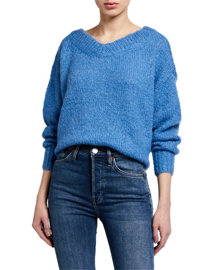 周子瑜穿的天空藍鉤織毛衣,8,900元。圖/Club Monaco提供