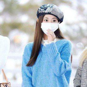 子瑜的美口罩也遮不住!天空藍毛衣清新氣質超加分