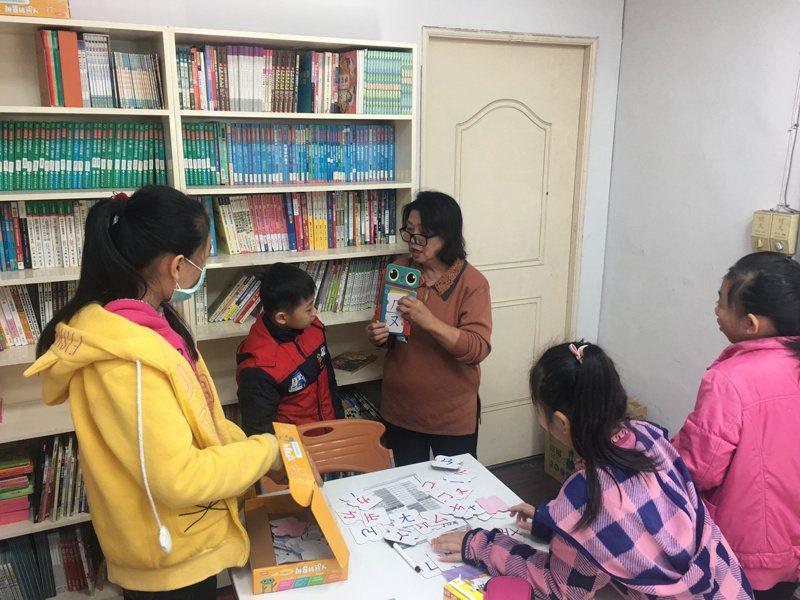 張婉貞指導新住民子女學華語。圖/教育局提供