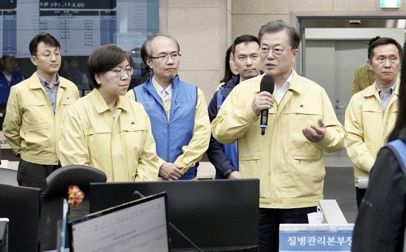 南韓總統文在寅(右二)15日宣布,將大邱市和慶尚北道劃為特別災區。歐新社