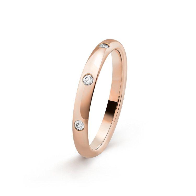 Tendrement Etoiles玫瑰金鑲三顆鑽結婚戒指,約36,300元。圖...