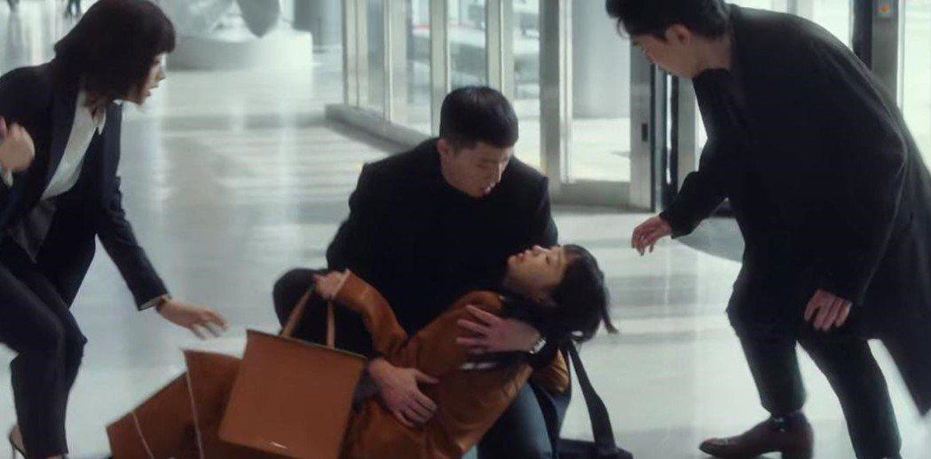 朴敘俊抱著過勞昏倒的金多美。圖/翻攝自Netflix