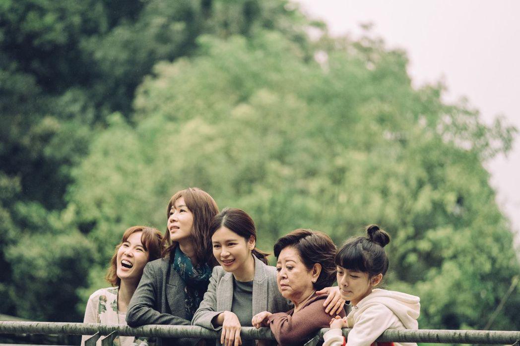 徐若瑄(中)主演、監製電影「孤味」延到11月6日上映。圖/威視提供
