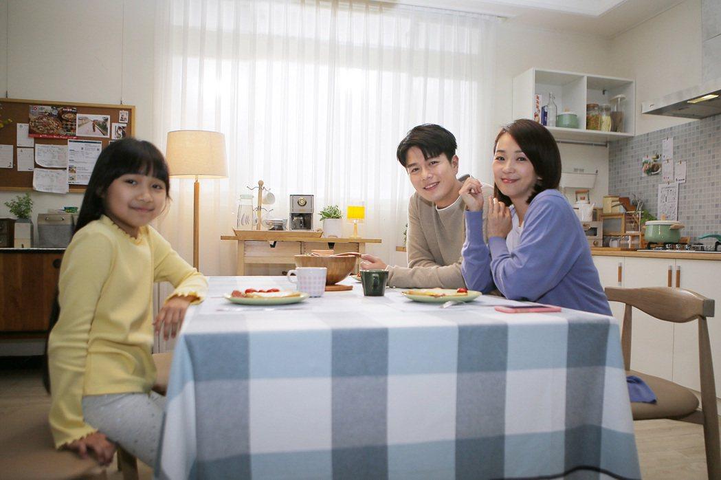 六月(右一)攜手老公李易演出周興哲新歌MV。圖/星空飛騰提供