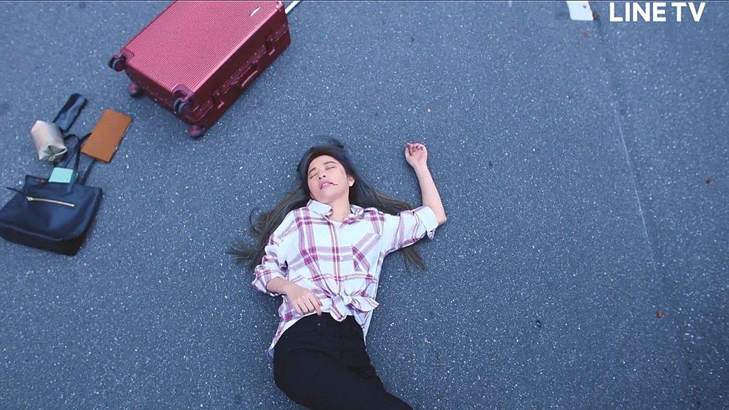 許維恩拍攝車禍戲,親自上陣吊鋼絲,吐血場面驚悚。圖/LINE TV提供