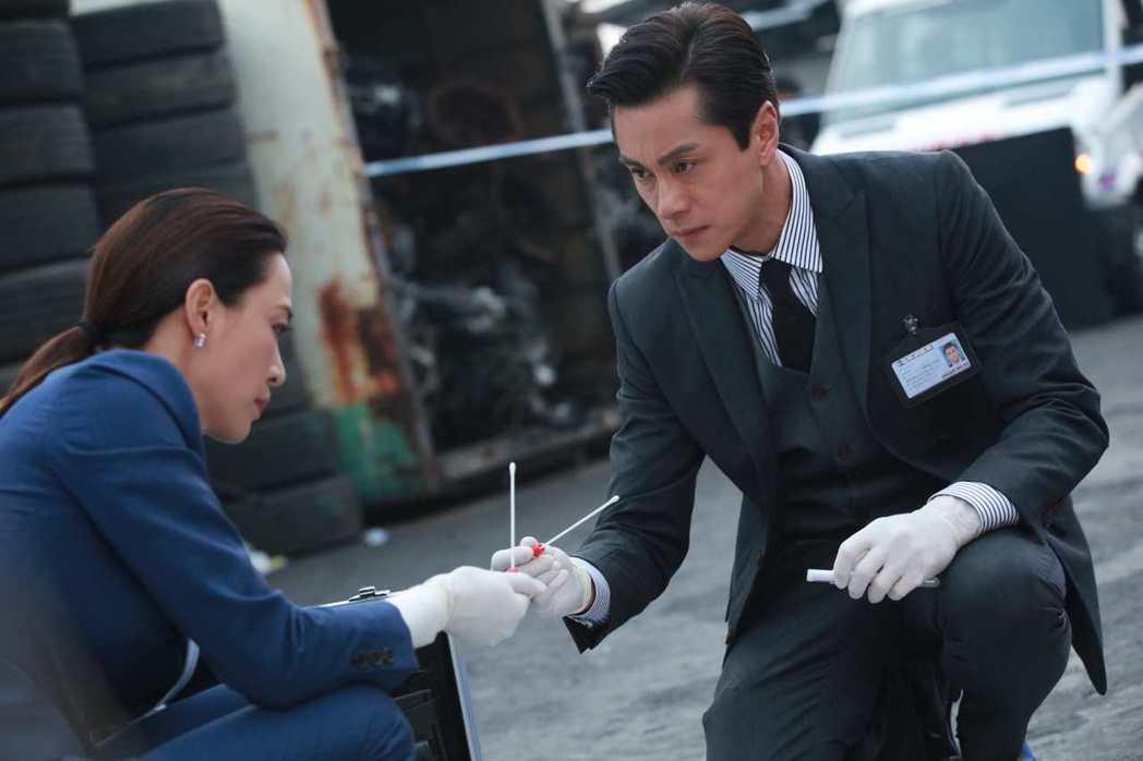 黃浩然(右)飾演高級化驗師。圖/LINE TV提供