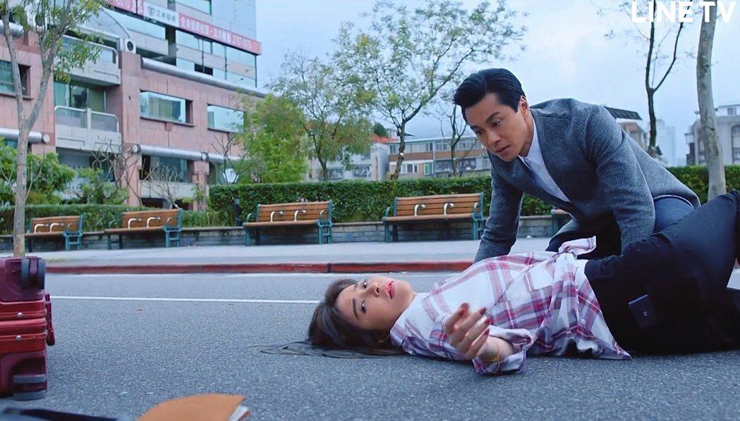 許維恩(前)與黃浩然飾演疑似失散多年的兄妹。圖/LINE TV提供