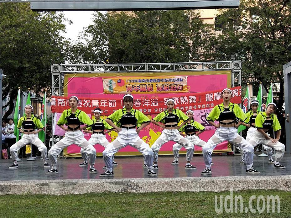 台南市救國團主辦「青春洋溢-勁歌熱舞」飆舞活動,吸引青年學生,以舞會友,展現年輕人的青春、活力與熱情。圖/台南市救國團提供