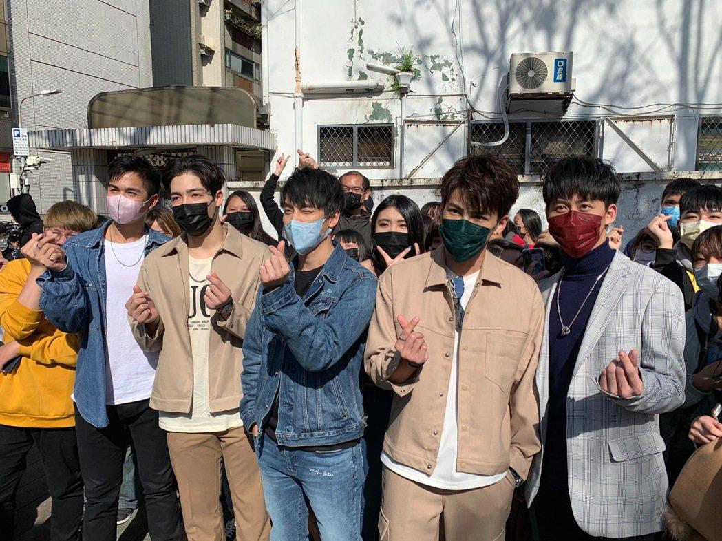 蘇韋華(左起)、黃士杰、徐謀俊、張又瑋、郭宇宸戴口罩出席「2020因為愛你」粉絲...