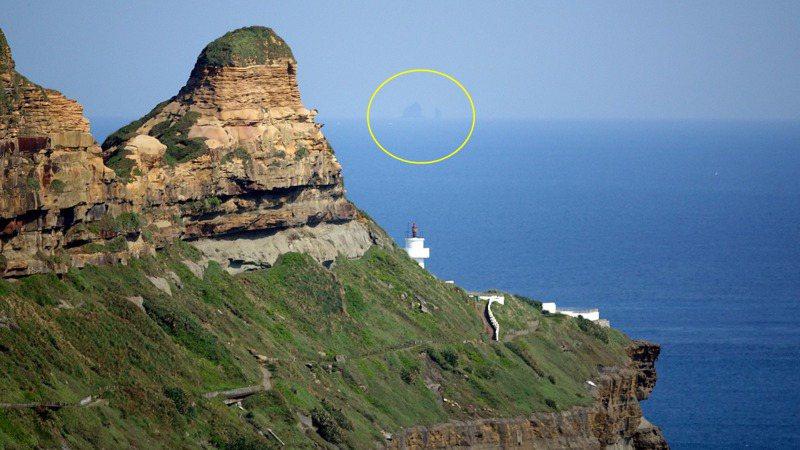 從龍洞觀景台朝鼻頭角燈塔看去,就能看見30多公里外海面的花瓶嶼。圖/沈錦豐提供