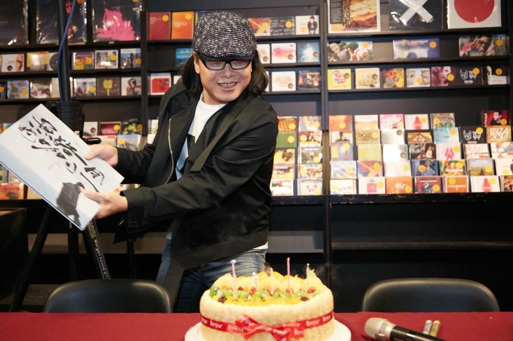流氓阿德用黑膠唱片煽熄蛋糕上蠟燭。圖/華研提供