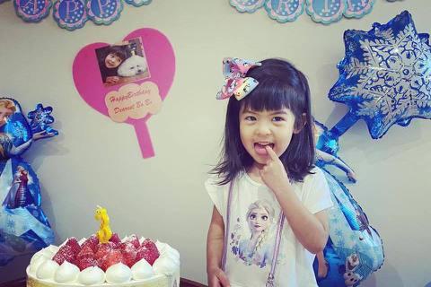 賈靜雯在臉書上發文祝賀小女兒Bo妞3歲生日,感性表示:「這三年,妳帶給我們這個家無限的歡樂,妳的變化是我們家三個寶貝裡最多的,有妳,讓兩個姊姊學習到怎麼愛護及欺負的來對妳(姐妹們的鬥爭),而我們只能...