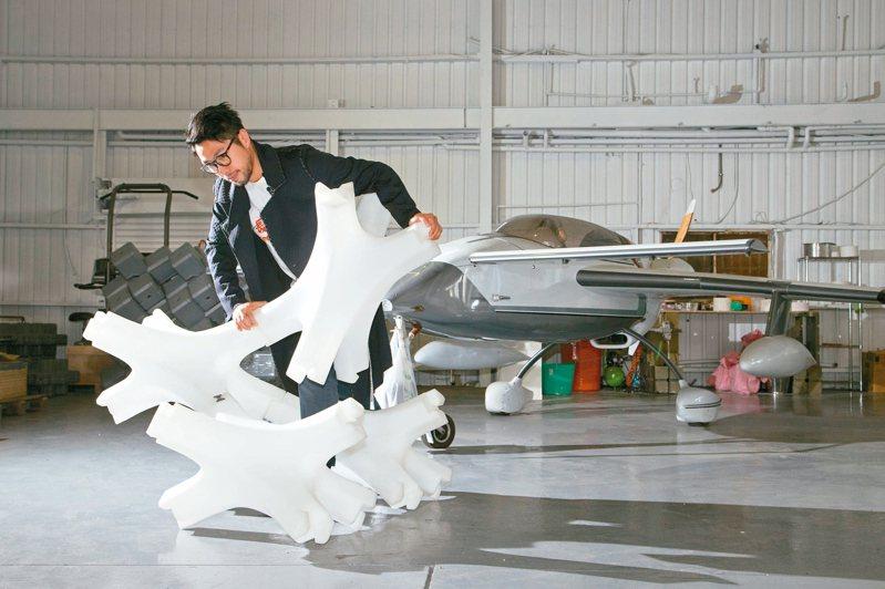 黃謙智期待飛機等交通工具未來也能由回收材料打造。 記者陳立凱/攝影