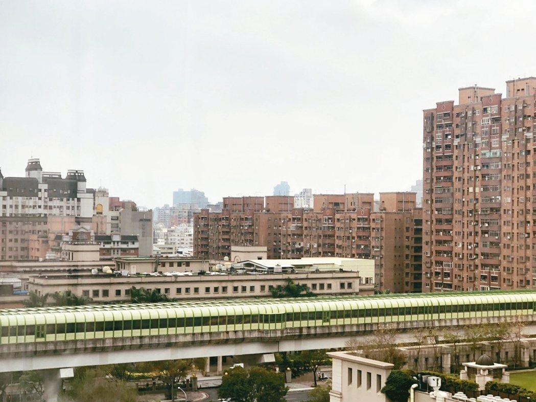 台中捷運綠線今年底通車,南屯區受惠,建案增多,今年1月是全市人口成長最多的區域。...
