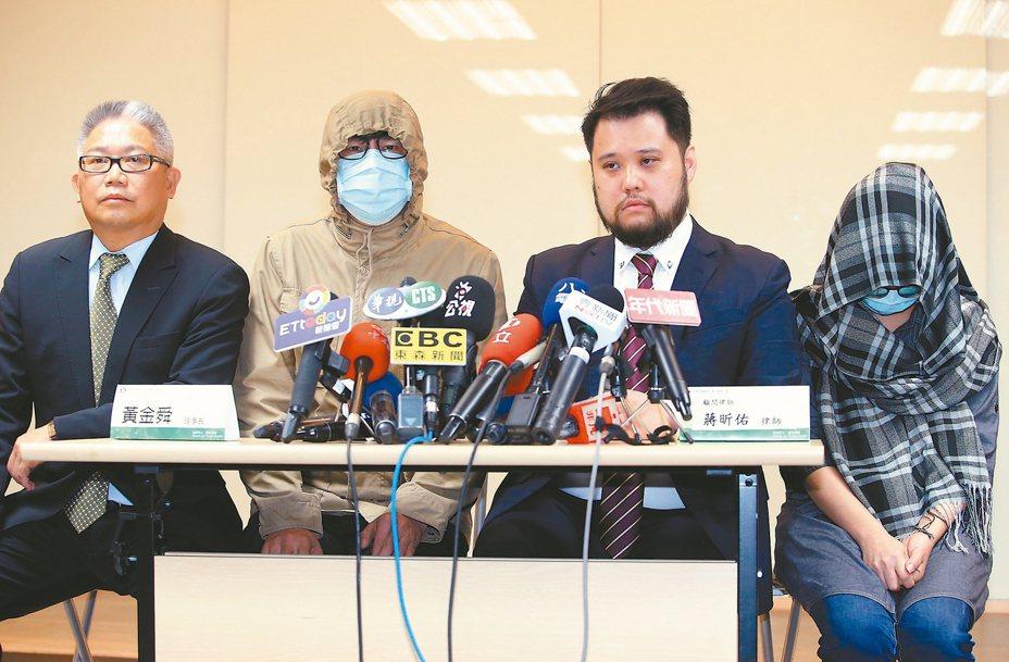 還錯健保卡遭逼下跪的王姓藥師(右一),昨天由先生(左二)與中華民國藥師公會全國聯合會理事長黃金舜(左一)、律師蔣昕佑(右二)陪同開記者會說明。 記者余承翰/攝影