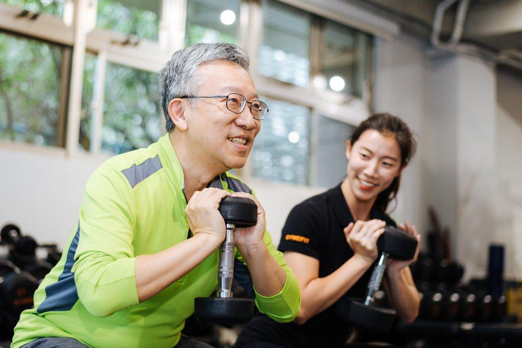 樂活大叔施昇輝與教練女兒珍珍。 圖/陳軍杉 攝影,場地/GYME FIT