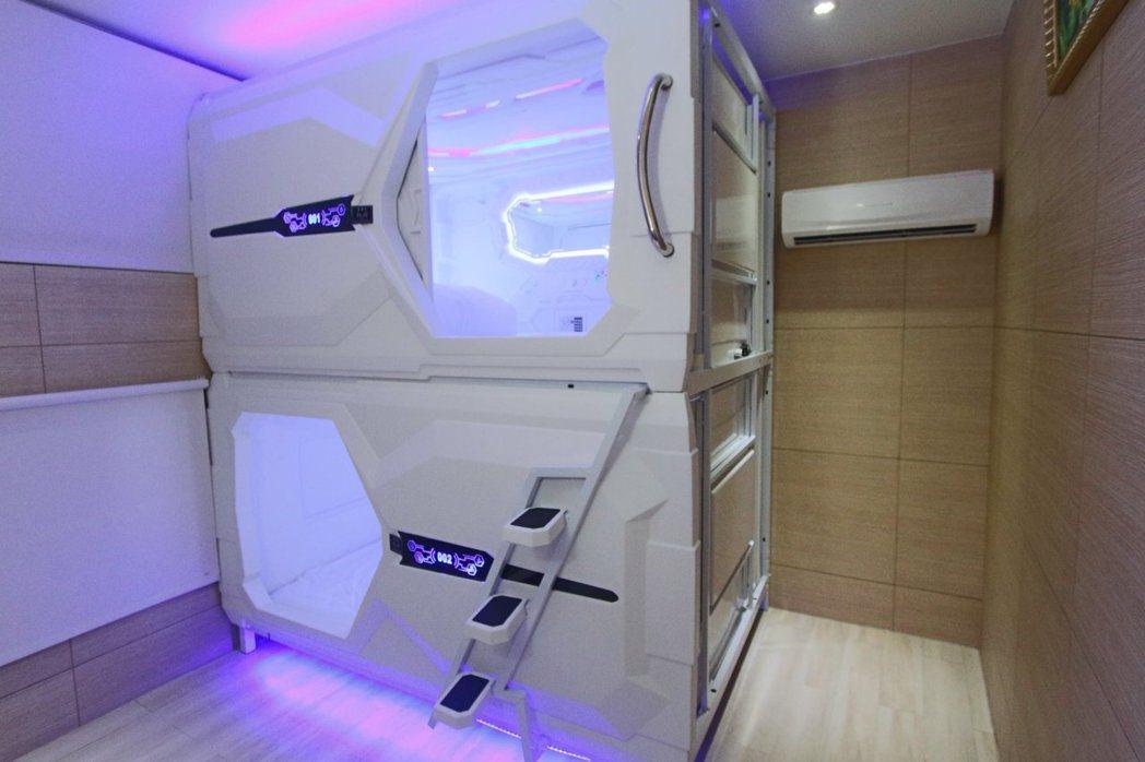 台北市信義區一棟全新裝潢的獨棟房屋,搬入雙人太空艙。圖/取自臉書「台北租屋、出租...