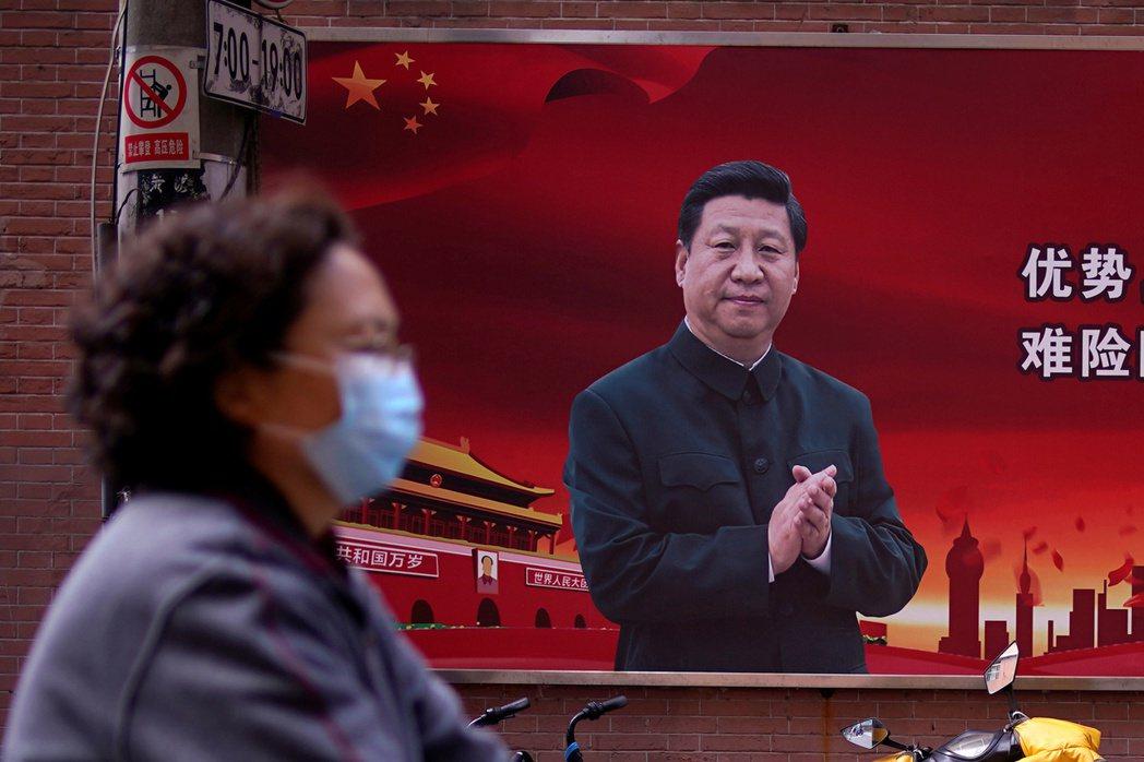隨著對疫情的民怨沸騰,中國網路上的反美言論也跟著暴增,顯見中共政權意圖操控輿論將疫情嫁禍給美國。 圖/路透社