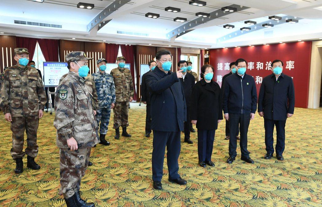 習近平3月10日在湖北省考察新冠肺炎疫情防控工作。 圖/新華社