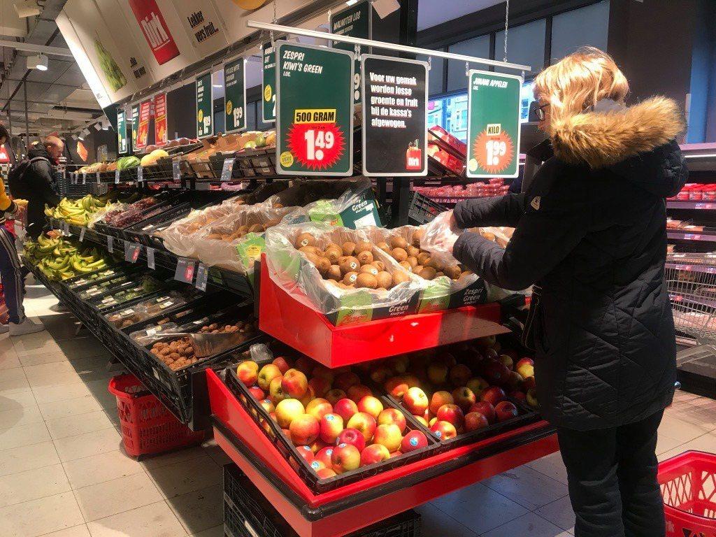 第一次看到荷蘭人用塑膠袋反摺,抓起水果再反套回袋子裡,這種小心翼翼前所未見。 攝...