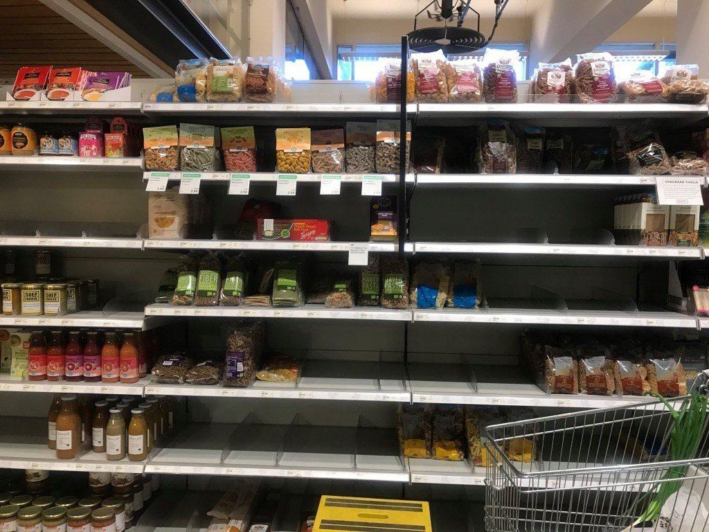 鹿特丹最文青超市裡的有機穀物、有機蔬食罐頭、有機餅乾也被搬空,文青連焦慮也是要有...