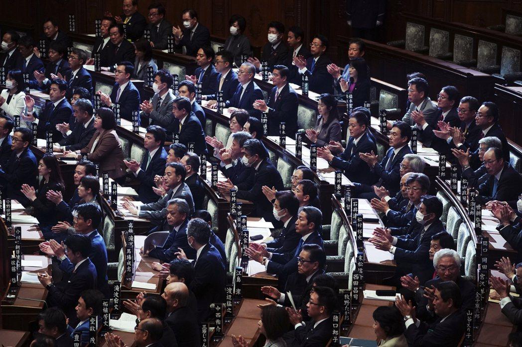 圖為3月13日,在日本「朝野一致的努力」下通過了修法,但也引發在野黨的政治人物批...