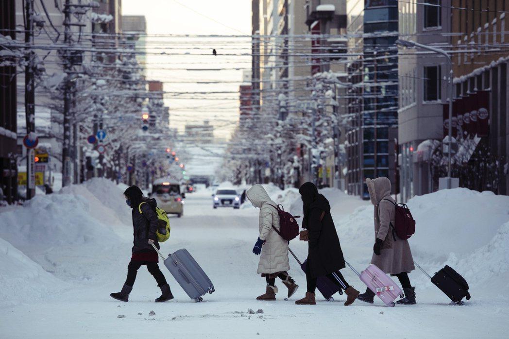 近來從北海道鈴木知事呼籲居民避免外出的「緊急狀態」宣言,到安倍一連串要求停止活動...