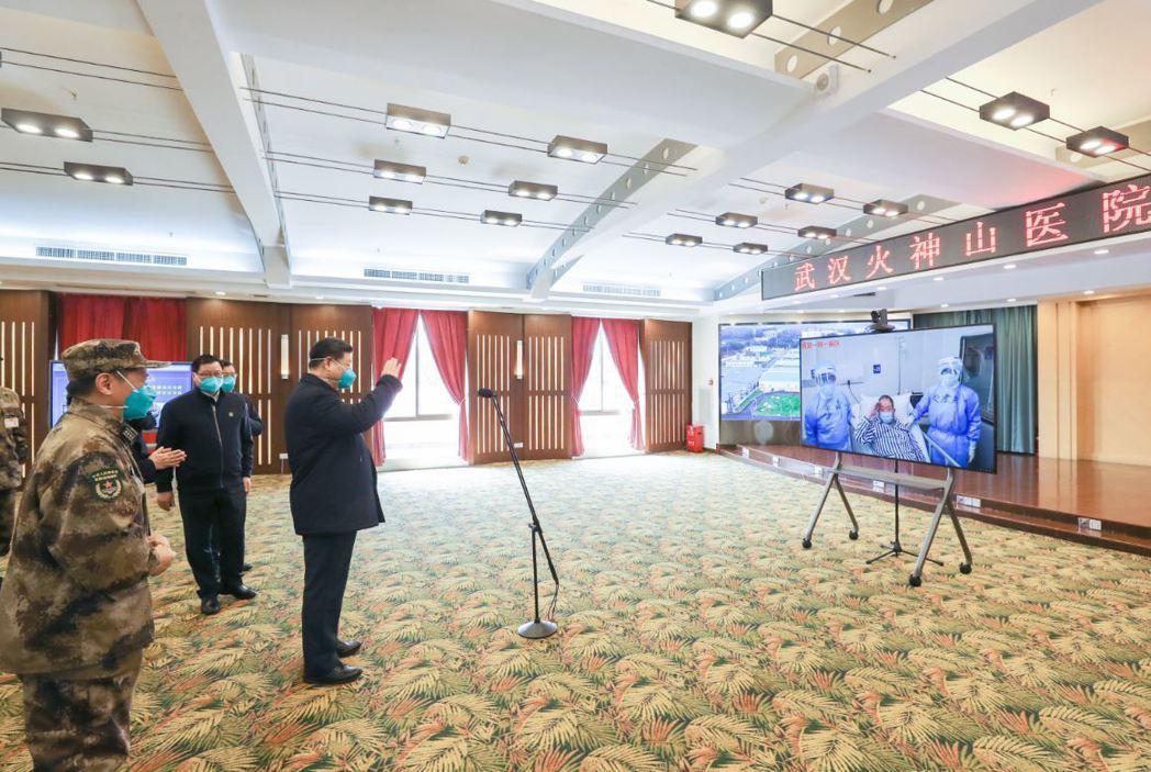 習近平與武漢火神山醫院醫療人員以視訊進行視察。 圖/新華社