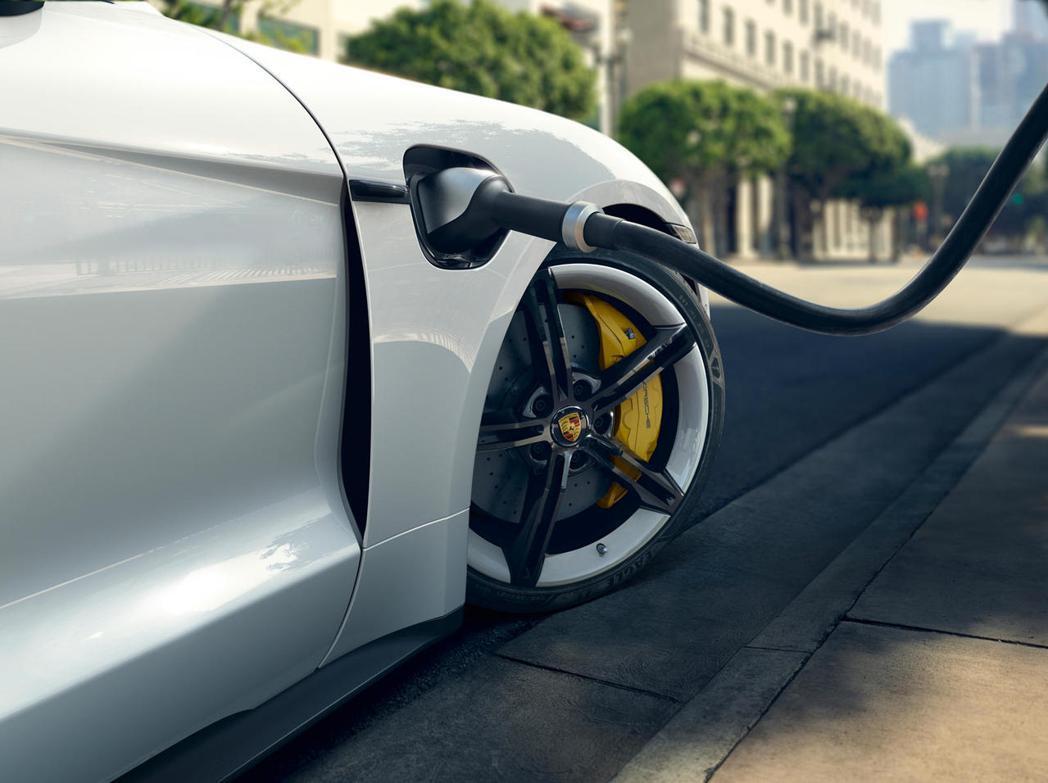 Porsche Taycan的推出,讓品牌也正式邁向電動化。 圖/摘自carbu...