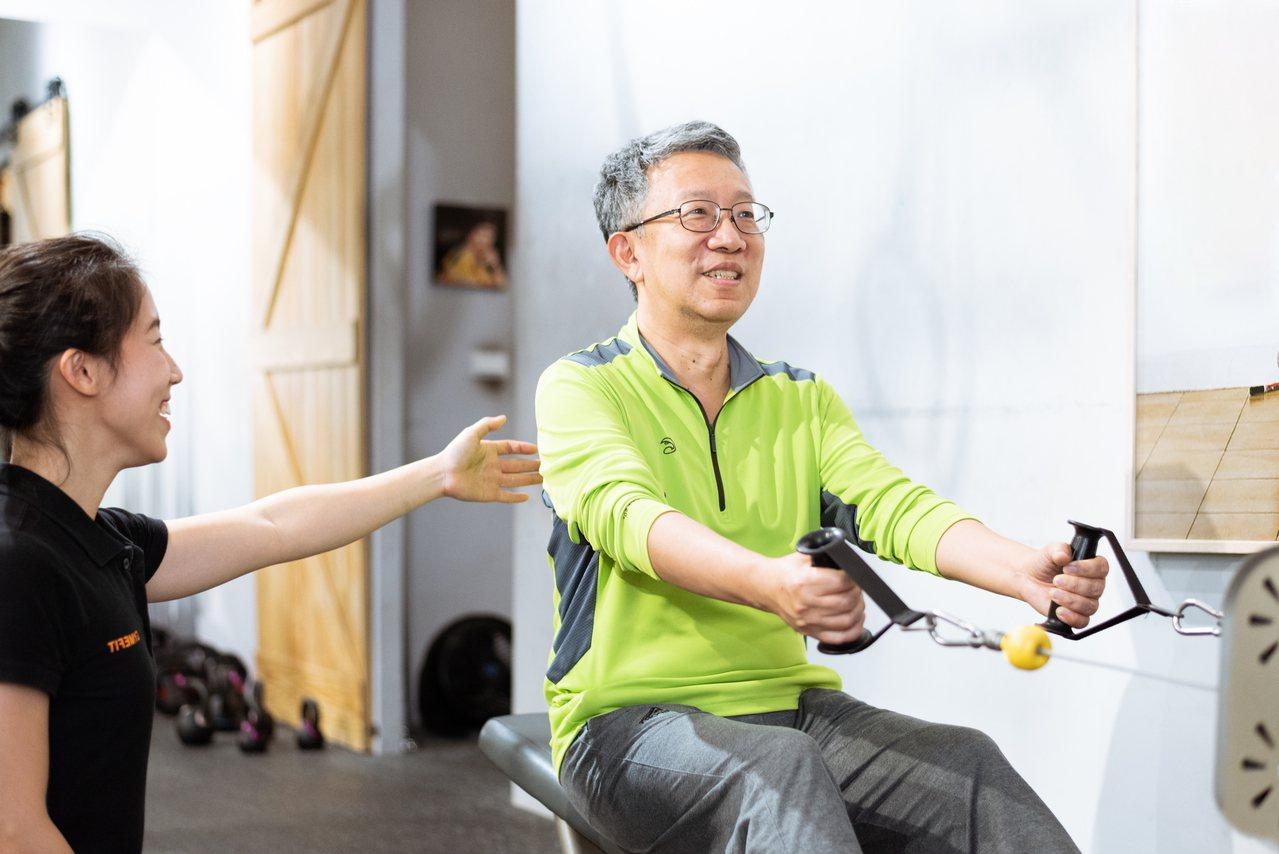 針對熟齡族常有的肩頸痠痛,靠「坐姿划船」訓練上肢肌群 圖/陳軍衫 攝影