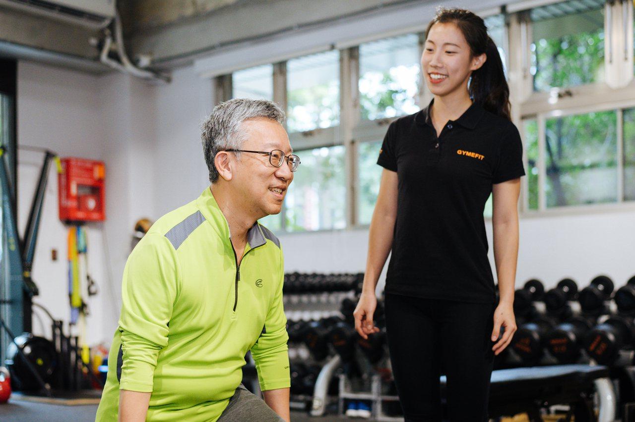 樂活大叔施昇輝現在每週會上健身房重訓一次,右為健身教練珍珍。 圖/陳軍杉 攝影