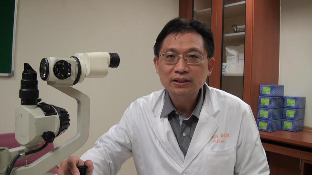 高雄長庚眼科主治醫師吳佩昌第一時間察覺,視網膜出血壞死的年輕人,有可能感染愛滋病...