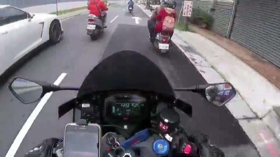 大型重機騎士看到白色GTR跑車呼嘯而過立即追上去。記者袁志豪/翻攝