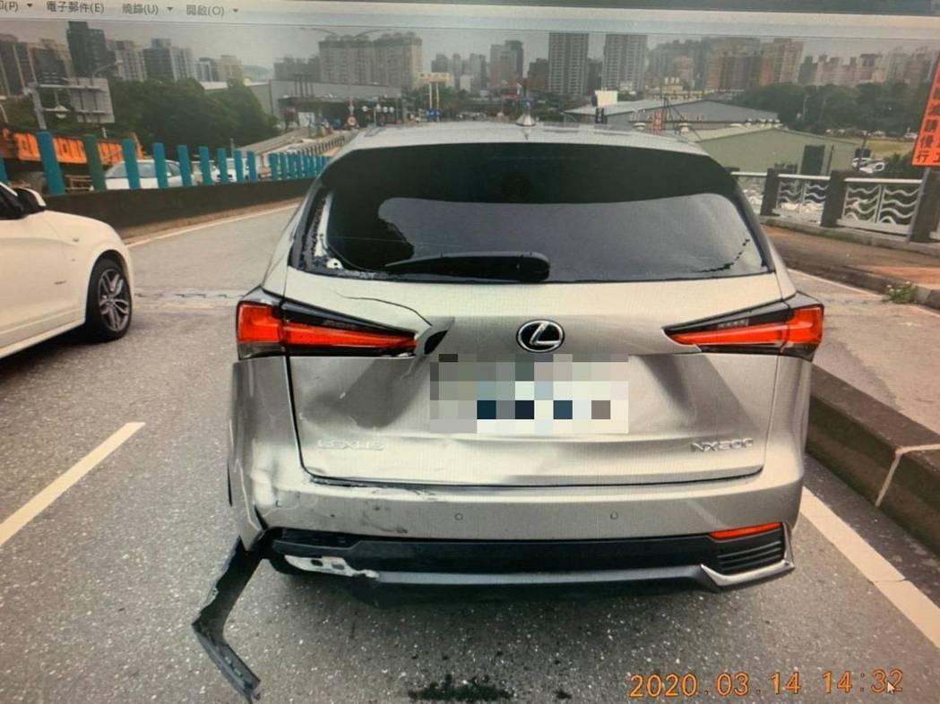 Suzuki GSX-R1000重機撞上轎車Lexus NX200。記者袁志豪/...