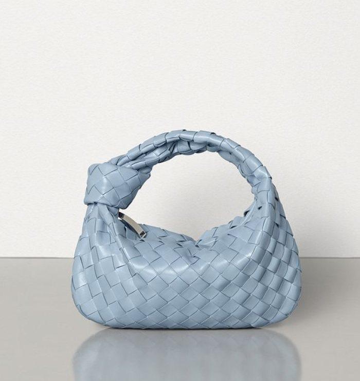 迷你編織Jodie Bag也推出冰藍色款。圖/摘自BOTTEGA VENETA官...