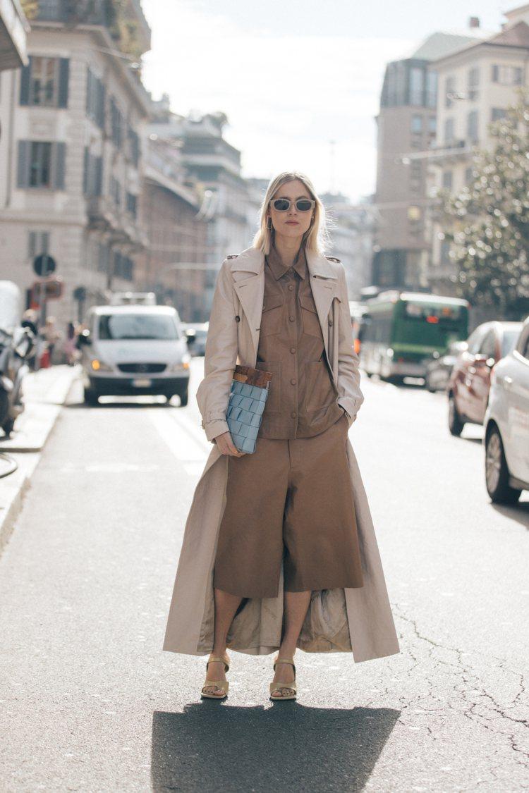 荷蘭時尚部落客Linda Tol拎BV Snap櫸木編織小羊皮手拿包。圖/BOT...