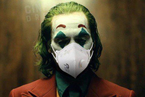 新冠肺炎全球蔓延,在歐美更是日漸嚴重,「小丑」導演陶德菲利浦有感而發,在自己的IG上配著小丑戴口罩的照片發文,「在這個瘋狂的時代,請確保每一個人都要安全。也就是說,我多年以來的社交疏離,其實是有用的...