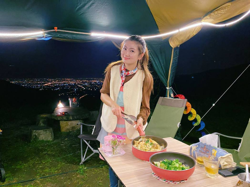 Selina下廚展現好手藝。圖/摘自臉書