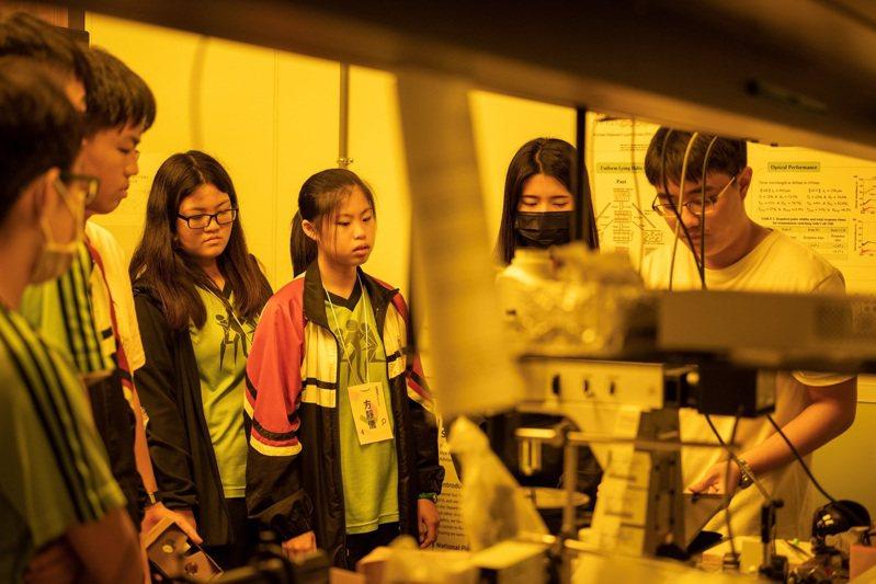 中山大學106年度起開放台南、高雄、屏東地區的高中學生申請共享實驗室資源,包括雄中等5所高中共69名學生參與,今年度繼續開放申請。圖/中山大學提供