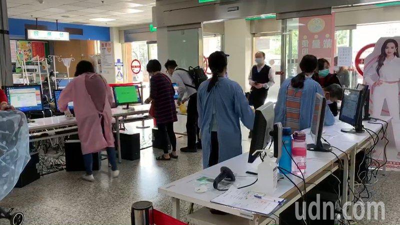 因應新冠肺炎疫情,台大醫院雲林分院即日起加強門禁管制,逐一查驗進出人員的健保卡。記者李京昇/攝影