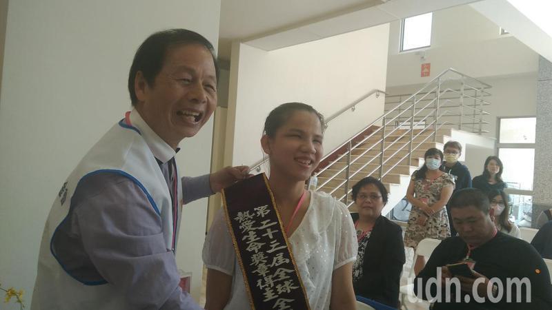 南華大學應用社會學系二年級學生林佩貞(右)今天上午獲頒周大觀文教基金會「全國熱愛生命獎」,由基金會創辦人周進華(左)掛上授帶。記者陳玫伶/攝影