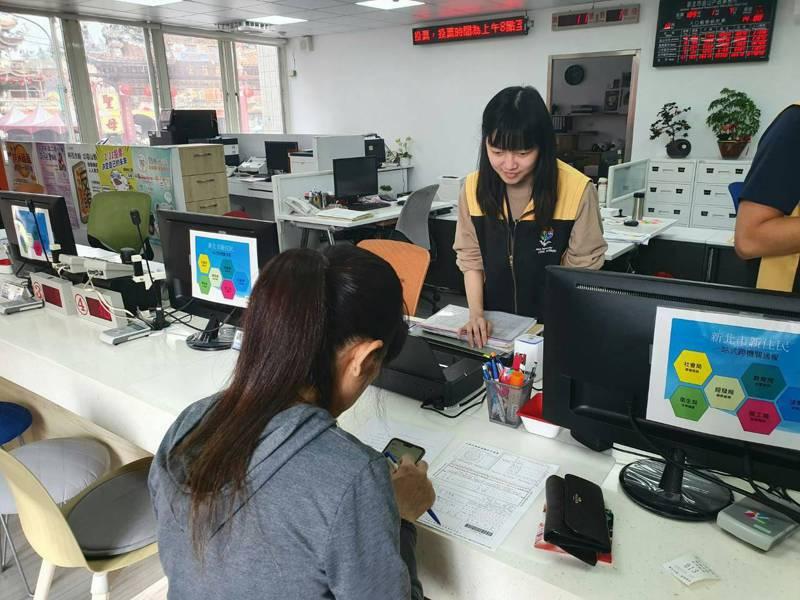 新北市自2014年推出代辦護照服務,內政部今起也在多縣市試辦。圖/新北市民政局提供