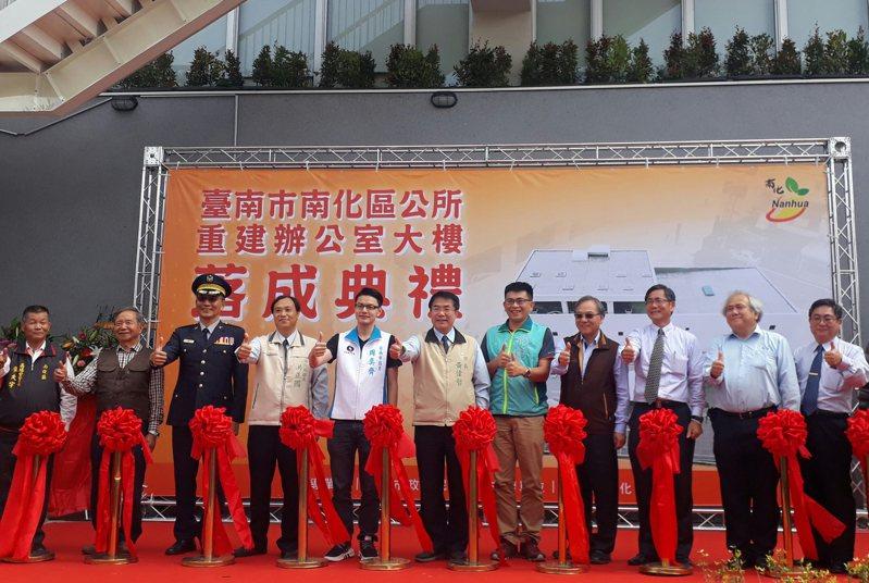針對屢傳居家檢疫民眾落跑,台南市長黃偉哲(中)說重話。記者周宗禎/攝影