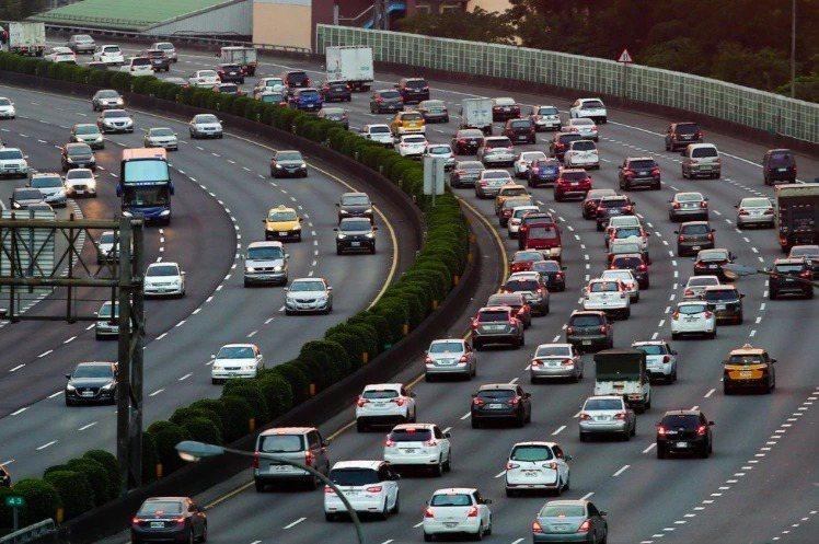 交通部將繼續補貼營業車汽車燃料使用費50%。聯合報系資料照